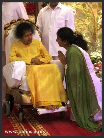 Мисс Синха предлагает свои приветствия Бхагавану по случаю Его 85-летия.