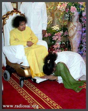Бхагаван благословляет мисс Чару Синха долгожданным паданамаскаром во время празднования Его 85-летия.