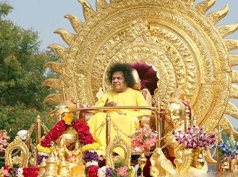 Саи Баба на золотой колеснице